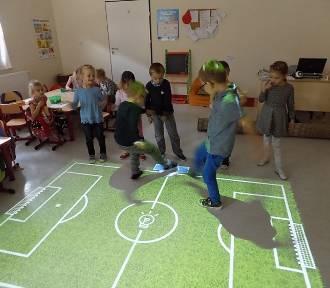 """Gmina Malbork. """"Magiczny dywan"""" i inne nowoczesne technologie pomagają dzieciom w nauce"""