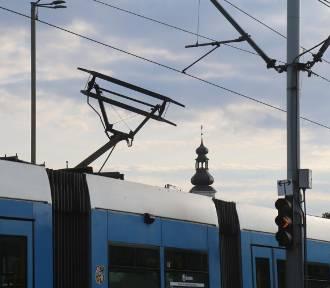 Połamany pantograf w tramwaju na Zalesiu