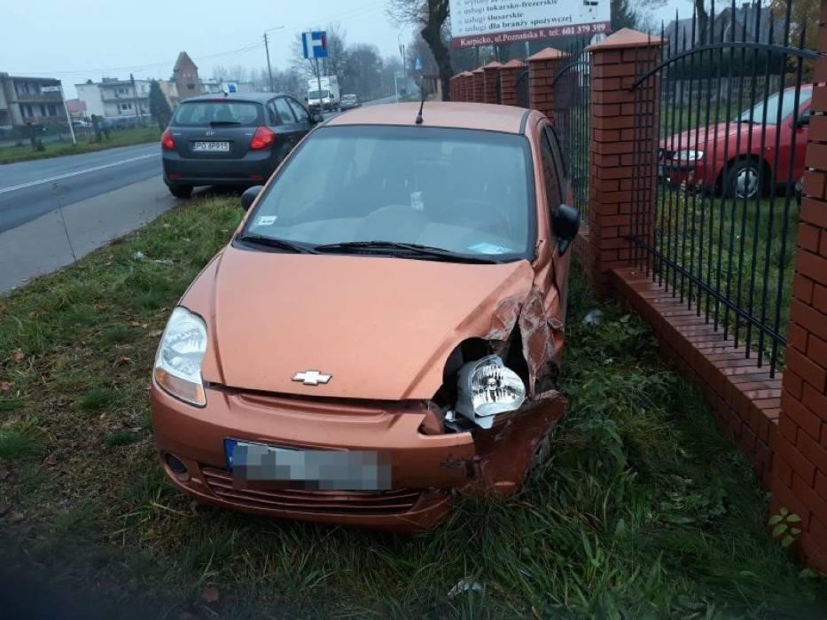 Jedno z aut po stłuczce uderzyło w ogrodzenie