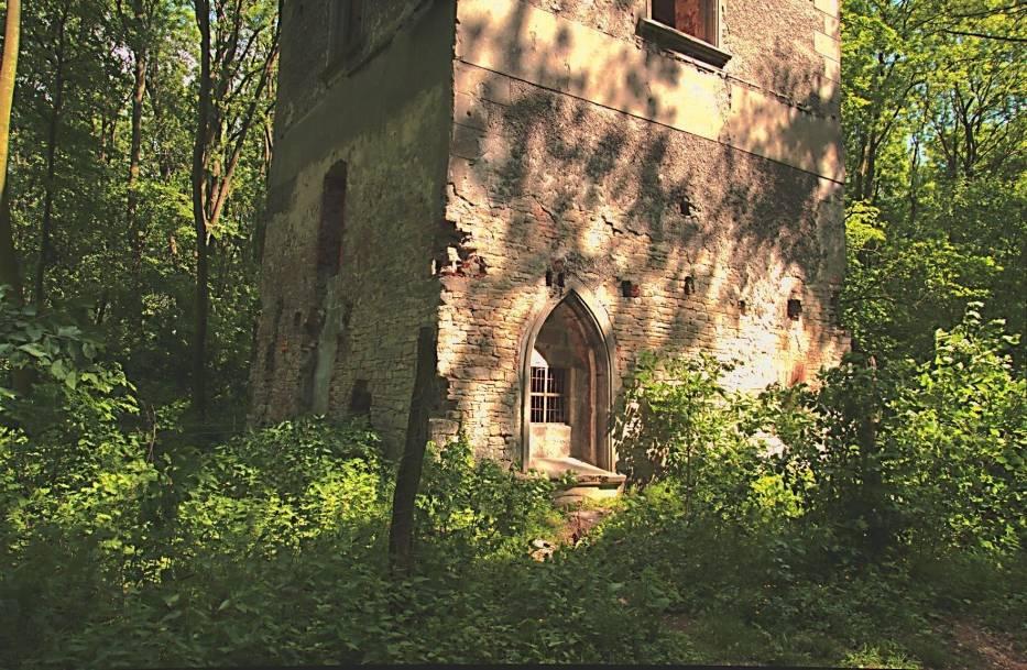Na końcu dwukilometrowej alei wiodącej z zamku, pierwotnie wysadzanej kasztanowcami, stoi malownicza ruina wieży widokowej