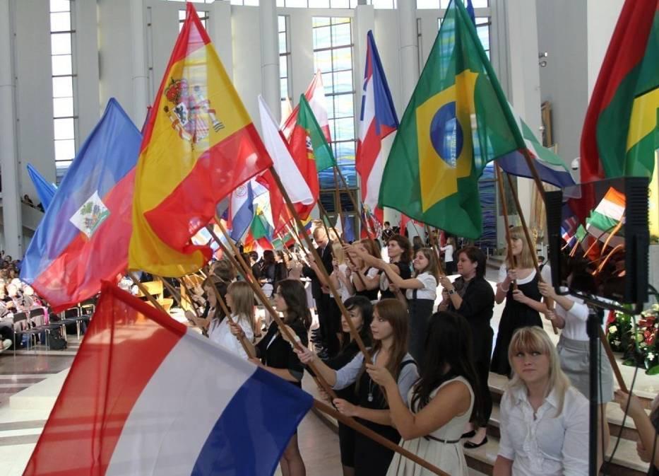 Flagi reprezentowanych na kongresie krajów we wnętrzu łagiewnickiej Sanktuarium