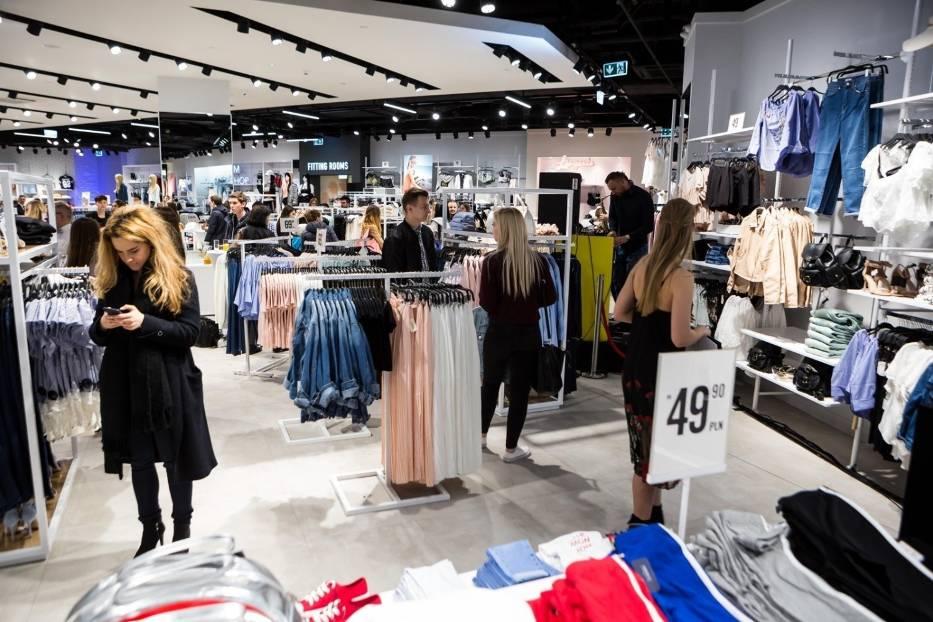 Zarobki w sklepach odzieżowych: Reserved, CCC, Wojas, Top Secret, Mohito, Sinsay, New Yorker i inne. Ile zarabia kasjerka?
