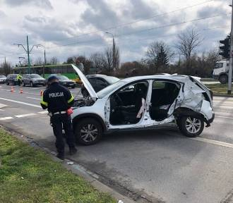 Groźny wypadek w Poznaniu. Rozpędzony tramwaj uderzył w auto