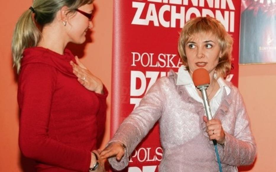 Dr Agnieszka Storch-Uczciwek pokazuje, na czym polega prawidłowy oddech