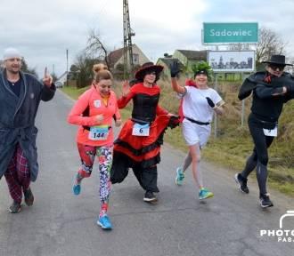 Prezydent Tomasz Budasz biegał w szlafroku ulicami wsi. Mamy zdjęcia