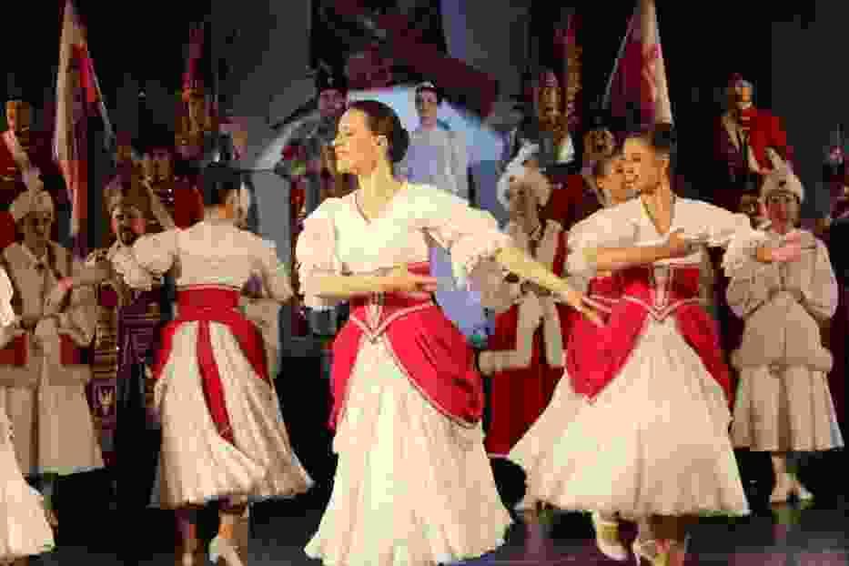 Skład zespołu stanowią: soliści, chór, orkiestra i balet