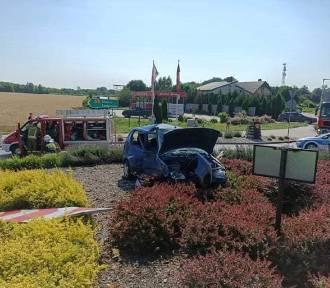Auto na środku ronda po wypadku w Kleczewie