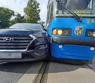 Wrocław. Tramwaj zderzył się z autem przy Hali Stulecia (ZOBACZ ZDJĘCIA)
