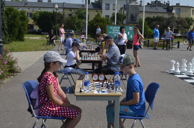Zelów. Rywalizacja szachistów na placu Dąbrowskiego w Memoriale Aleksandra Kałużnego [ZDJĘCIA]