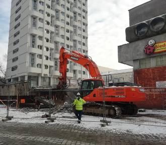 Trwa rozbiórka na Manhattanie przy pl. Grunwaldzkim we Wrocławiu. Co znika? (ZDJĘCIA)