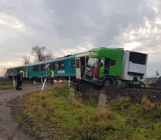 Zderzenie pociągu z ciężarówką na trasie Poznań-Wolsztyn [ZDJĘCIA]