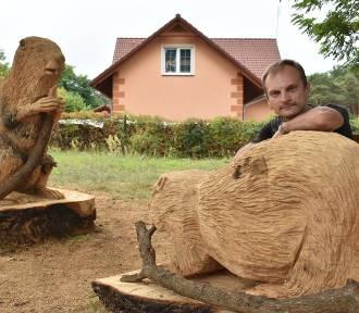 Rzeźby bobrów Piotra Zielińskiego pojawiły się w Dychowie (ZDJĘCIA)
