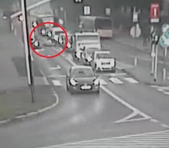 Gliwice: Wypadek na Dąbrowskiego. Pieszy wbiegł pod samochód [WIDEO z monitoringu]
