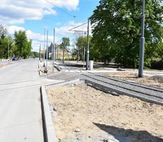 Tak postępują prace na Kostrzyńskiej. Gdzie jest asfalt, gdzie chodnik
