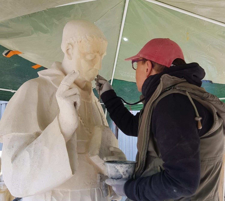 Dobiega końca renowacja jedynej, dostępnej w przestrzeni publicznej w Jędrzejowie, unikatowej, ponad stuletniej figury błogosławionego Wincentego Kadłubka - patrona miasta
