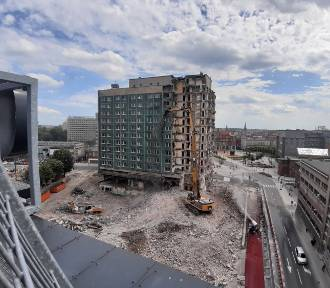 Drugi tydzień rozbiórki hotelu Silesia w Katowicach. Budynek jest rozłupywany na pół ZDJĘCIA