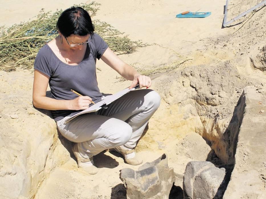 Archeolog Hanna Jankowiak przy pracy na wykopaliskach koło Charłupi Wielkiej
