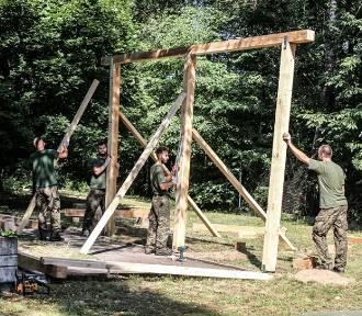 Terytorialsi w Rybniku pomagali zbudować altankę dla seniorów [ZOBACZCIE ZDJĘCIA]
