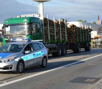 Zderzenie ciężarówek z drewnem i osobówki w Starogardzie Gd. [zdjęcia]
