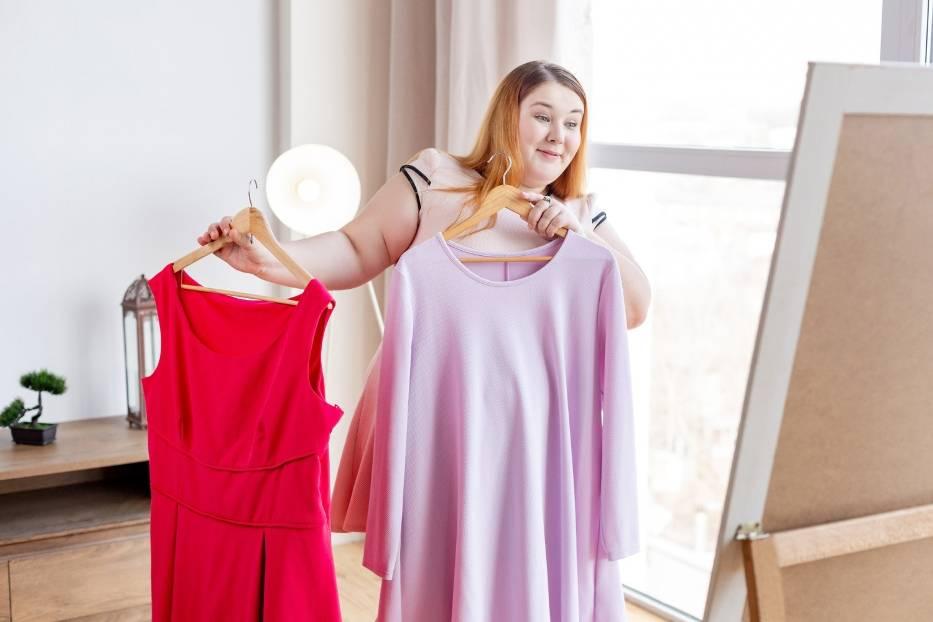Jesteś plus size i szukasz sukienki na wesele 2021? Zainspiruj się modelkami - zobacz najlepsze stylizacje z sukienkami wizytowymi w dużym rozmiarze --->