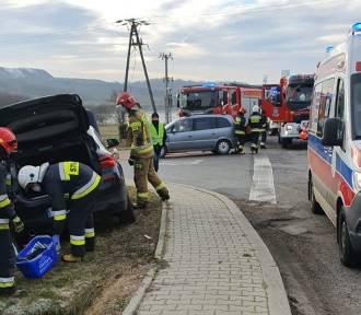 Wypadek na skrzyżowaniu w Połomi. Dwie osoby trafiły do szpitala