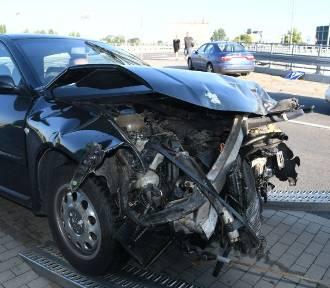 Dwa auta rozbite na skrzyżowaniu w Kielcach [ZDJĘCIA]