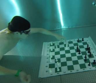 Skok do wody i szach mat! Turniej podwodnych szachów w Andrychowie
