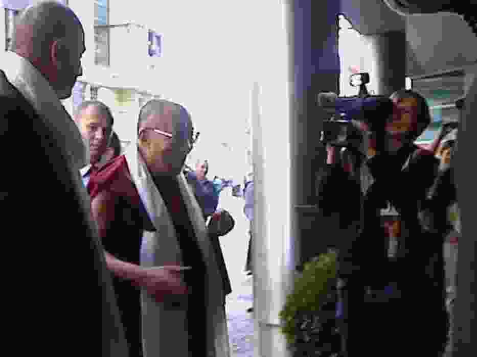 Przed Sofitelem na Dalajlamę czekało kierownictwo hotelu i media