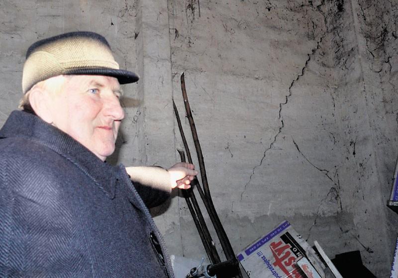 Czesław Pabich mówi, że będzie musiał od nowa postawić uszkodzone ściany stodoły