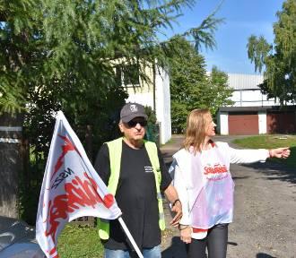Protest związkowców z Solidarności przed zakładem przetwórstwa rybnego SoNa