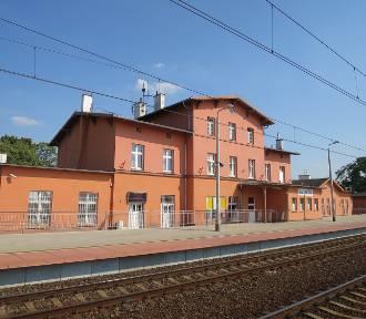 Nastolatka wpadła pod pociąg na stacji kolejowej w Żmigrodzie