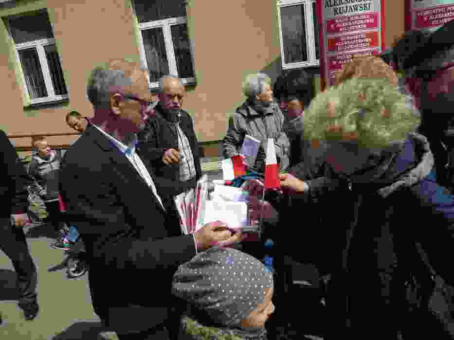 Na parkingu przed Urzędem Miejskim w Aleksandrowie Kujawskim spotkali się mieszkańcy, by uczcić Dzień Flagi Rzeczypospolitej Polskiej