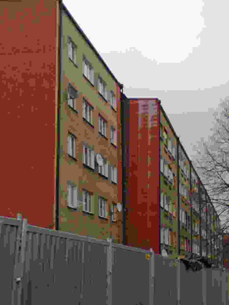 Widok na wyprostowaną klatkę bloku przy ulicy Joliot Curie 1j w dzielnicy Wirek