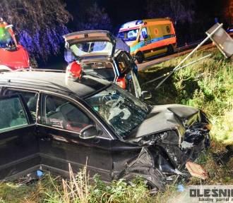 Groźny wypadek pod Oleśnicą. Po zderzeniu auta wpadły do rowu
