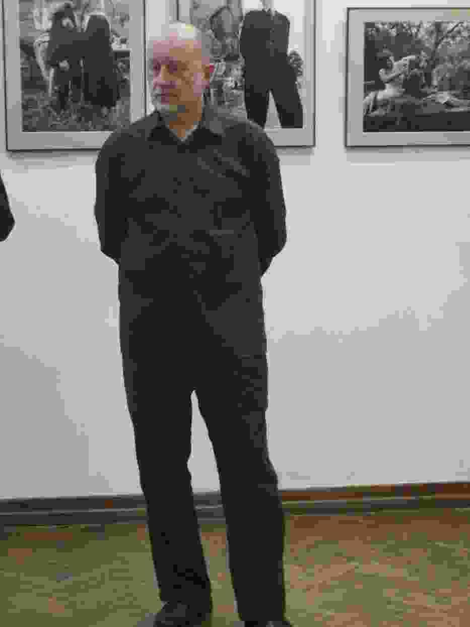 Romualdas Pozerskis podczas otwarcia wystawy swoich fotografii w Ostrowcu Świętokrzyskim