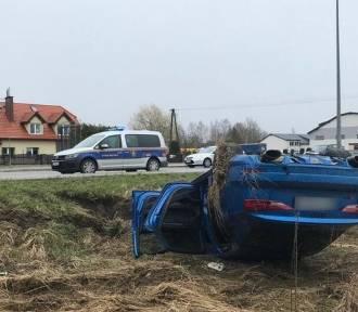 Kierowca uderzył w wiatę i dachował. Na miejscu śmigłowiec LPR