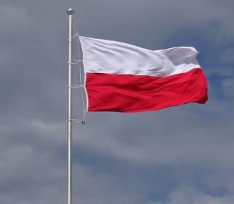 Jak prawidłowo zawiesić polską flagę? Poradnik na Święto Niepodległości
