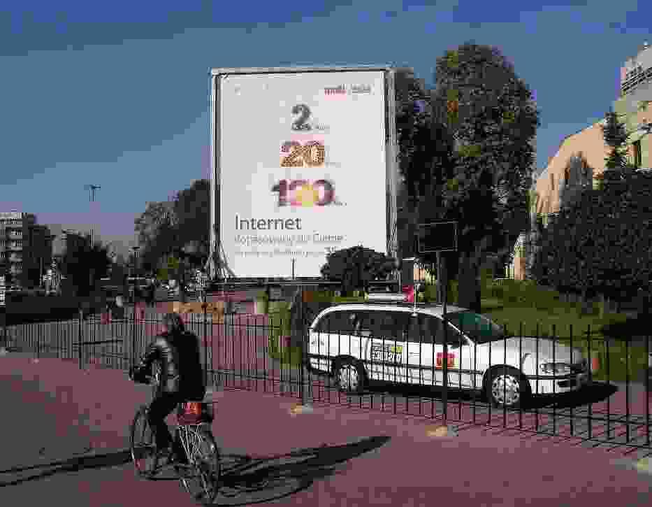 Zamiast pięciogwiazdkowego hotelu niedawno pojawił się wielki baner reklamujący kablówkę oraz firmowy postój taksówek