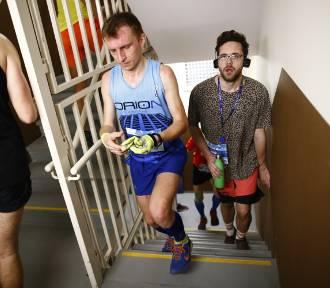 Everest Run 2020 Warszawa. Bieg po schodach hotelu Marriott na szczyt
