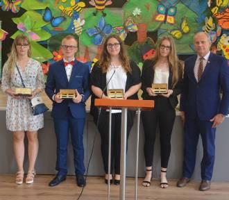 W gminie Żukowo też rozpoczęły sie wakacje a najlepsi uczniowie otrzymali nagrody