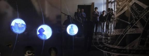 Dom Kopernika po gruntownym remoncie, który trwał 10 miesięcy otwiera się na zwiedzających. Ponownie turyści i  mieszkańcy będą mogli podziwiać eksponaty i dowiedzieć się wielu ciekawych rzeczy o największym polskim astronomie już od soboty 23 czerwca.  Po remoncie zmieniło się wiele.   [sc][b]Zobacz także: [a]http://torun.naszemiasto.pl/artykul/pozar-karczmy-siwy-dym-w-lysomicach-trwa-akcja-gasnicza,4696583,artgal,t,id,tm.html;Pożar karczmy Siwy Dym w Łysomicach [ZDJĘCIA][/a] [/b][/sc] Zwiedzający będą mogli zobaczyć film w nowopowstałym kinie 4D, przejść po płonącej podłodze, rozsiąść się wygodnie w kapsule czasu i podziwiać rozgwieżdżone niebo. To tylko z niektórych atrakcji, które będą dostępne w Domu Kopernika. Ostatnio przedpremierowo okazję do zwiedzania Domu Kopernika mieli prezydent i zaproszeni goście.   Zobacz także: [b][a] http://torun.naszemiasto.pl/artykul/zdjecia/rozbudowa-wojewodzkiego-szpitala-zespolonego-na-bielanach-na-zdjeciach-z-drona-galeria,4696011,galop,33371151,t,id,tm,zid.html;Tak wygląda rozbudowa szpitala na Bilanach. Zdjęcia z drona[/a][/b]