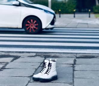 Białe buty stanęły na ulicach. Upamiętniają pieszych - ofiary wypadków drogowych