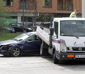 Na Grabiszyńskiej osobówka zderzyła się z ciężarówką (ZDJĘCIA)