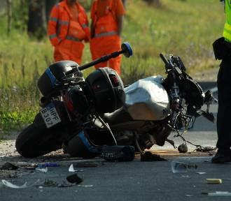 Wypadek na DK 12 w Kozeninie. Ranny policjant na służbie. Trwa akcja pomocy