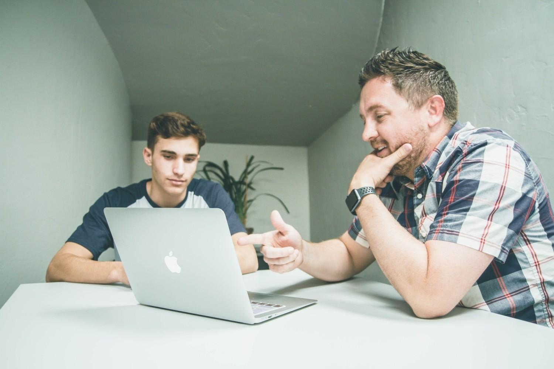 Posiłkowanie się sprawdzonymi informacjami i korzystanie z porad znajomych jest dobrym kierunkiem w poszukiwaniach zawodowych
