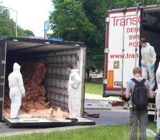 Ruda Śląska: Przewrócona ciężarówka na rondzie w Wirku [ZDJĘCIA]. Akcja przeładunku mięsa trwała