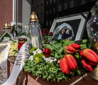 Kwiaty i znicze przy pracowni Macieja Kosycarza [zdjęcia]