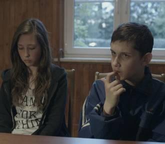 """Bezpłatna projekcja filmu """"Komunia"""" w Światłoczułym Kinie w Szarlejce"""
