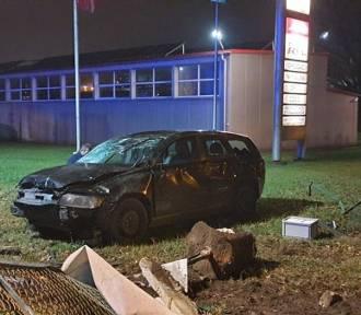 Auto staranowało przechodniów w Kaletach. Kierowca i pasażerowie uciekli