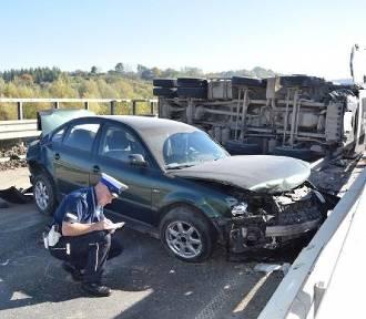 Nowy Sącz. Na ul. Tarnowskiej przewróciła się ciężarówka z gruzem [ZDJĘCIA]